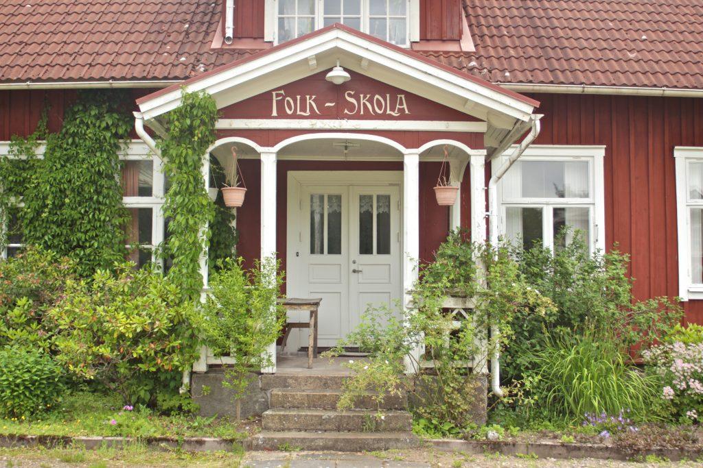Bild över entrén till Femsjö folkskola